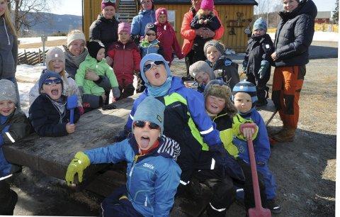 Mest dialekt: Heggebø Friluftsbarnehage SA er den barnehagen i Valdres som rapporterer om høgast dialektprosent mellom ungane. Dei vaksne er (f.v.) dagleg leiar Ingrid Rogne, Croline Godø (sitjande), Thea Hjarstadmarken, Ida Svensli Rudi, Reidun Nordli og Idun Andersen.