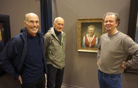 GAMLE KJENTE: Under utstillinga i Beitohallen, ved portrettet av Anna Stordahl, traff Per Lundgren (th) igjen sine tidligere kollegaer fra Beitostølen Helsesportsenter, Harald Larsen og Inge Morisbak.