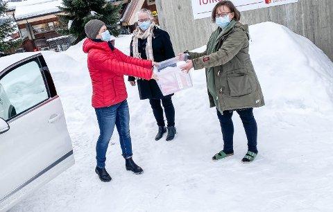 Bøker til folket: Ordfører Marit Hougsrud (t.v.), leder for Frivilligsentralen, Ester Kulterud, og biblioteksjef Marianne Kolstad samla utafor biblioteket i Bagn i februar for å promotere tilbudet om hjemkjøring av bøker.