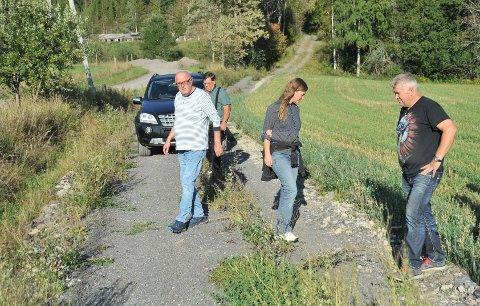 VEIIGRENSELAND:Fra mandagens befaring av den omstridte landbruksveien i Hakadal; vi ser fra høyre grunneier Tommy Elnæs og skogbrukssjef Grete Ruden.
