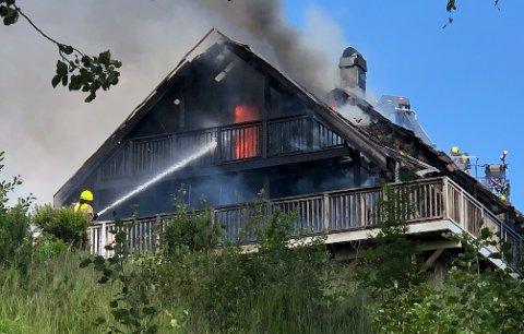 TOTALSKADET:Fra brannen i Laueveien på Holum skoglørdag.