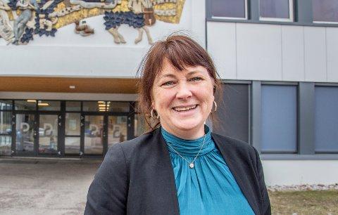 LETTELSE I TILTAKENE: – Kommunelegen fortalte at smittefaren i Nittedal nå er lav, og at vi derfor kunne gå tilbake til gult nivå, sier konstituert rektor ved Bjertnes videregående skole, Randi Michaelsen.