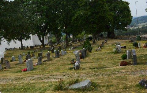SNART UTPLANTING: Fortsatt er det kalde netter, men om ikke mange ukene vil det bli plantet på kirkegårdene i bygda.