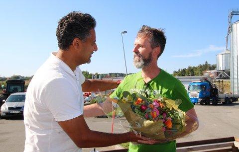 BRENNER FOR POLITIKKEN: – Ingen i partiet banker på flere dører enn deg, sa stortingspolitiker Abid Q. Raja (V) til Arjo van Genderen. Raja besøkte Vestby mandag. (Sveip for flere bilder.)