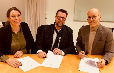SAMARBEID: Line Therkelsen og Øyvind Therkelsen fra Orage og Thor Jørgen Kristiansen fra KF signerte i desember en avtale om levering av et digitalt læreverktøy.