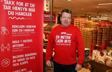 Butikksjef Per Arne Finstad i Meny Tangen Senter har munnbind liggende klare til alle ansatte, og håper at kundene også er flinke til å følge påbud.