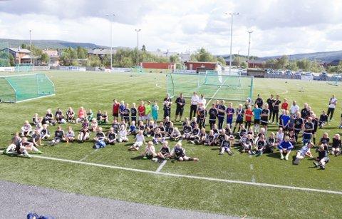 UNGE: Her fra da nesten 100 unge deltok på fotballskole på Øra Stadion for to år sia. Nå vil fotballgruppa gi et ekstra løft til aldersgruppa 15 - 20 år.