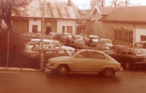 FULL GÅRDSPLASS: Det var fullt på gårdsplassen før i tiden også!