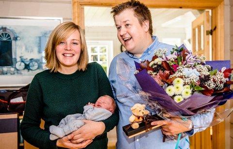STOLTE FORELDRE: I oktober 2017 kunne Martin Østtveit-Moe og kona Hanne Liv ferie at lille Johannes Østtveit-Moe ble Ås-borger nummer 20.000 . Da vanket det blomster fra ordfører Ola Nordal.