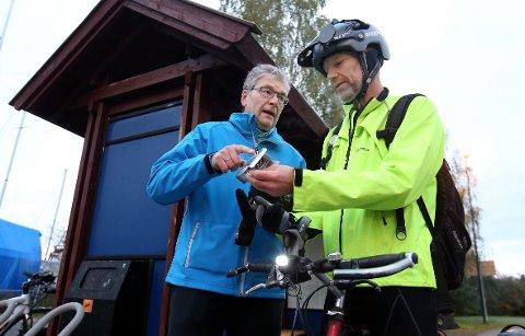 IVRIG HELÅRSSYKLIST: Sven Haagensen Høy hadde ikke bra nok frontlys og fikk nytt av Steinar Grøtterød (blå jakke).