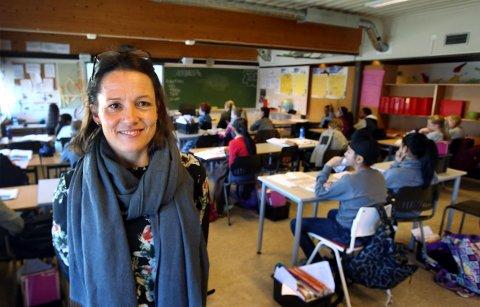 FÆRRE SØKER FRI: Kathrine Wilsher Lohre, rektor ved Levre skole, får langt færre søknader fra elever som vil ha fri i skoletiden nå enn for to år siden.