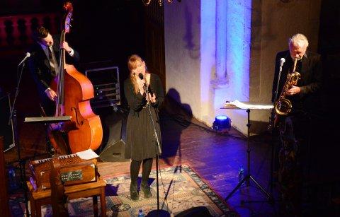 Jazzmusikere med norsk tradisjonsmusikk. Trygve Fiske (t.v.), Heidi Skjerve og John Pål Inderverg.