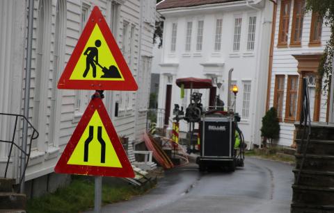 VANLIG SYN: Legging av bredbånd og fjerning av asfalt har vært en gjenganger i Flekkefjord de seneste månedene. Foto: Svein Løvland