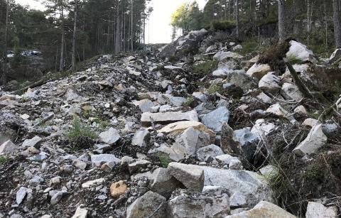 IKKE GODT NOK: Sprengstein i rørgatetrase, turbinrøret ligger som en forhøyning i terrenget og NVE påpeker at det er dårlig overgang til urørt terreng