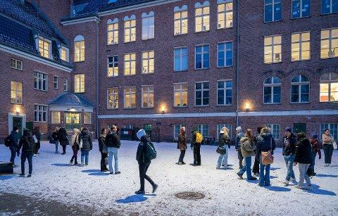 RØDT NIVÅ: Elever ved Fagerborg skole i bydel St. Hanshaugen i skolegården. Bildet er tatt tidligere. Fra onsdag er det rødt nivå i Osloskolen. Foto: Ole Berg-Rusten / NTB