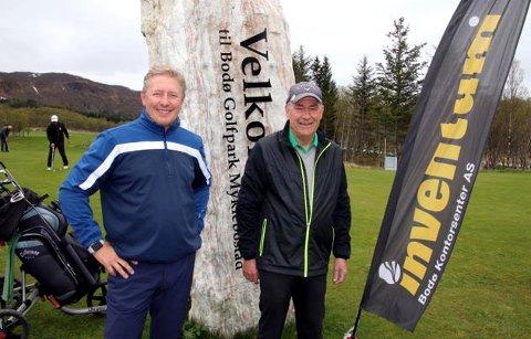 Rune Andreassen fra sponsor Inventum Bodø Kontorsenter og Sigve Bollestad i Salten golfklubb gleder seg over den store deltakelsen i helgas turnering.