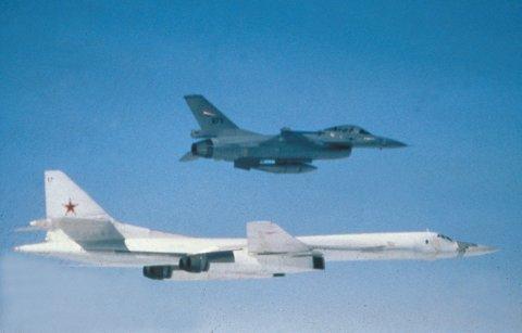 Russisk TU 160 og et norsk F-16 jagerfly.