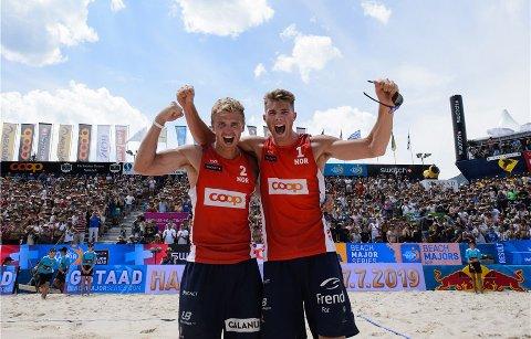 Anders Mol (t.h.) og Christian Sørum vant søndag kveld EM i sandvolleyball i nederlandske Den Haag.