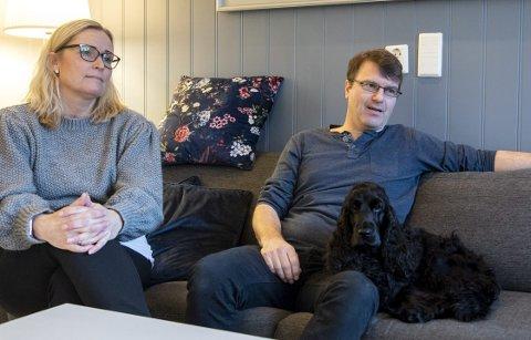 Ann-Cathrin og Stian Tangseth er bekymret for både sin og andres hunder på tur i skogen på Tveit.