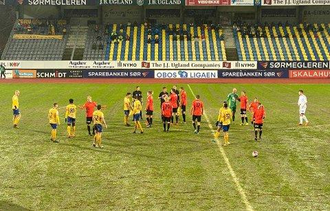 Det ble tidvis ampert på banen, fordi Jerv og Åsane var uenige om spilleforholdene.