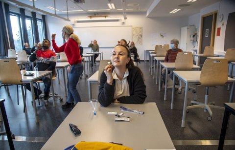 Stine Godvik, ringevikar ved Olsvikåsen videregående skole, var blant dem som fikk opplæring i hurtigtesting uken etter påske.