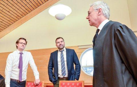 RETTSSAK: Advokat Ole Lien (f.v.) og advokat Ole Magnus Strømmen er moingenes forsvarere, og her er de i samtale med aktor og statsadvokat Alf Martin Evensen under rettssaken tirsdag.
