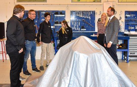 BLE OVERRASKET: Kronprinsparet ble overrasket med en gave av elevene på mekanisk verksted.
