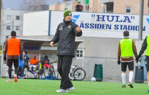 TRENTE PÅ ÅSSIDEN: MIF-trener Vegard Hansen ledet treningen på Åssiden stadion lørdag.