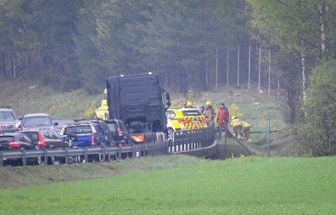 ULYKKE: En politipatrulje krasjet med en personbil på E134 ved Langebru. To personer ble lettere skadet i ulykken.