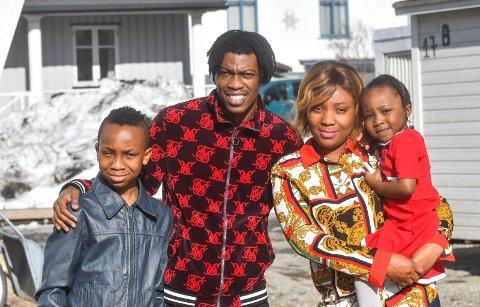 TRIVES: Vamouti Diomande og familien trives i Mjøndalen og ønsker å bo her i fremtiden. Her er Dio sammen med sønnen Alvine (10), kona Laura og datteren Tialou (3) utenfor hjemmet i Møllergata.