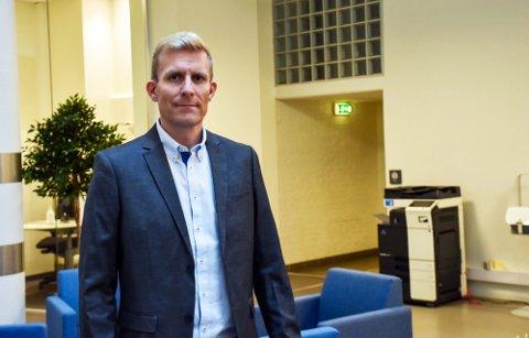 SKILLER SEG UT: Antall vaksinerte i Drammen er på et høyt nivå, men kommuneoverlege John David Johannessen ber spesielt én gruppe mobilisere seg.