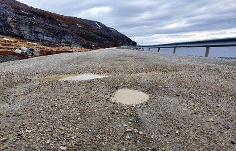 Veien er slitt og hullete, men nå blir det asfalt her.