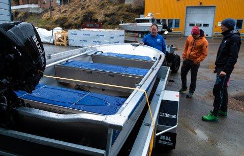 LETT: Båten er av lett metall, så å få flyttet den til og fra tilhengeren krever ikke mange menneskene.