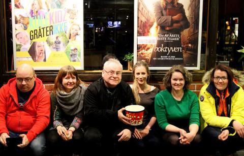 Florø Filmklubb har i år tilbudt film kvar tysdag og rundt halvparten av dei har gratis inngang. Frå venstre Arne Hjort Johansen, Marit Gjerstad, Ingvar Hopland, Maria Torheim Bjelkarøy, Siri Sande og Marie Stenbakk var initiativtakarar til Florø Filmklubb.