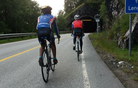 To syklistar utfordrar skjebnen i Sundafjelltunellen