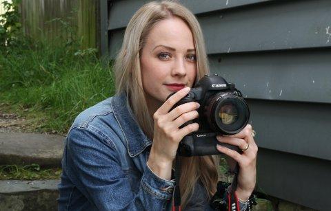 ETTERSPURD: Lisa Melvær Giil, eller Lisa Giil Photography, som er namnet ho brukar, har fullt opp med oppdrag gså neste sommar. – Det kjem vel med at eg har lang ferie!