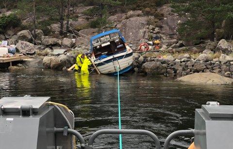 PÅ GRUNN: Her hjelper redningsskøyta «Simrad Buholmen» Olve sin 21 fots hortensnekke av grunn.