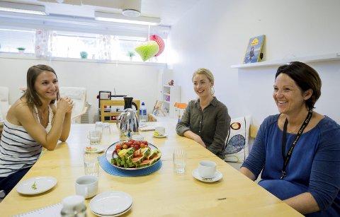 Tre av ti: Fra venstre sitter familieterapeut Elisa Johansson, miljøterapeut Stine Martinsen og virksomhetsleder Hege Stormorken.