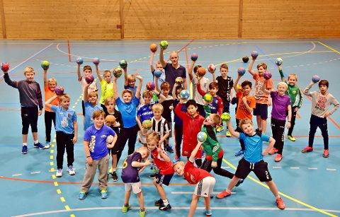 Stor interesse: I underkant av 50 unge håndballgutter har deltatt på Kråkerøys treninger for gutter. (Begge foto: Jørn Kristoffersen)