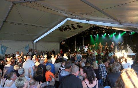 MASSE LIV: Det kokte av folk da Odd René Andersen holdt konsert under Glommafestivalen tidligere i år. Nå får trolig festivalen gjenta konserter med spilling helt frem til midnatt neste år.