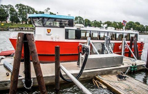 PÅ VANN: El-ferga Go'vakker Elen er på vannet, men har ikke vært i trafikk siden den kom til Fredrikstad i sommer. Men nå er det bare snakk om dager før passasjerene kan gå om bord.