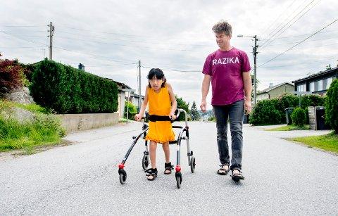 TRENGER MER HJELP: Karoline Reiersen Tangen og pappa Morten Tangen ute på tur. Tiåringen er multihandikappet, og familien har til nå hatt vedtak på 46 timer avlastning i måneden. De har imidlertid fått mindre hjelp.