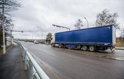 Får eget felt for biler over 3,5 tonn: I august blir det slutt på 2+-felt over Fredrikstadbrua fra bysiden mot østsiden.