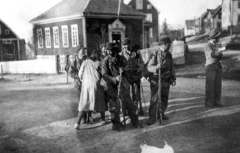 ETTER GJENEROBRINGEN: Kampene om Narvik raste gjennom våren 1940. Her er norske soldater fotografert i bygatene etter gjenerobringen.