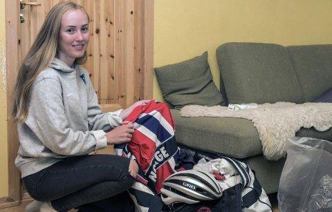 PÅ REISEFOT: Ingvild Gåskjenn har blitt godt vant til å pakke for internasjonale sykkelritt dette året. I august trer hun på seg landslagsdrakta igjen. Denne gang i Danmark.