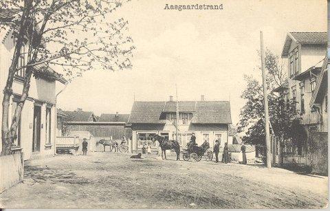 Thaulows plass rundt 1905 med kolonialforretningen til Alf K. Nilsen i bakgrunnen. Hotellgjester fra Victoria blir kjørt til dampskipsbrygga med vognmann Julius Nilsen.