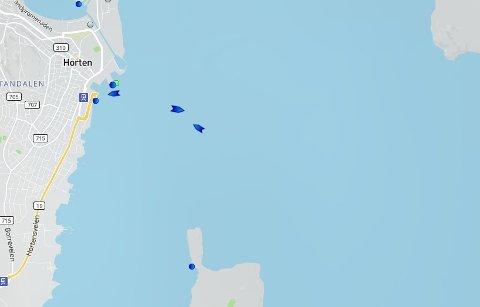 KØ AV FERJER: Utenfor ferjeleiet i Horten var det torsdag morgen kø av Bastø-ferjer som ventet på å legge til. Dette skjermbildet ble tatt klokka 09.40 og da lå Bastø VIII til kai. Utenfor ligger (f.v.) Bastø I og III og venter, mens Bastø IV er på vei mot Moss. Skjermdump: marinetraffic.com