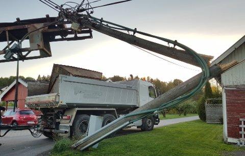 UFLAKS: Den solide strømstolpen gikk tvert av, etter sammenstøtet med lastebilen.