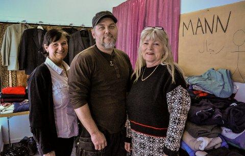 DET NYTTER: Torild Brække (t.h.) er stolt av Hortens engasjement for flyktningene i byen. Bildet ble tatt da Kate Henriksen fra Røde Kors, vaktmester Christer Eriksen og Torild Brække åpnet «butikk» for flyktninger i Storgata i februar 2016.