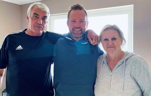 GJENSYNSGLEDE: Etter over et år fikk Niklas Cederby endelig se igjen foreldrene Lotta og Peter.